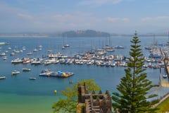 充分口岸的看法一个沿海城市的小船山的 免版税库存图片