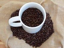 充分咖啡杯咖啡豆 免版税图库摄影