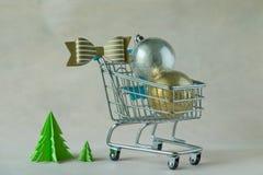 充分圣诞节在微型的购物车的装饰球 免版税库存图片