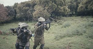 充分地在作战期间的武装的特攻队战士小队在森林风景 股票视频