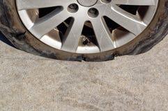 充分地在刺以后的残破的轮子 免版税图库摄影