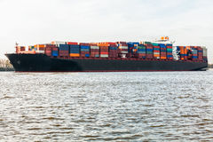 充分地在口岸的装载集装箱船 图库摄影