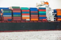 充分地在口岸的装载集装箱船 库存照片