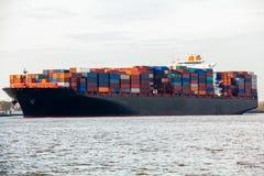 充分地在口岸的装载集装箱船 免版税库存图片