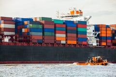 充分地在口岸的装载集装箱船 免版税图库摄影