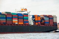 充分地在口岸的装载集装箱船 免版税库存照片
