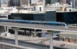 充分地自动化的地铁火车在迪拜 库存图片