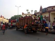 充分地装载和Crowded印地安人民在卡车, K过度负荷  免版税库存图片