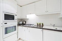 充分地适合的厨房白色 免版税库存照片