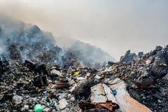 充分垃圾场风景废弃物、塑料瓶和其他垃圾在Thilafushi海岛 免版税图库摄影