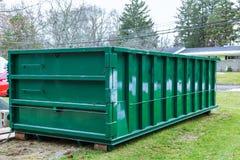 充分垃圾容器蓝色垃圾袋大型垃圾桶充分的垃圾 库存图片