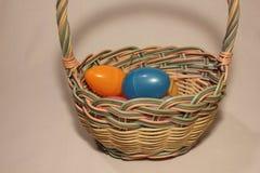 充分复活节篮子五颜六色的塑料鸡蛋 图库摄影