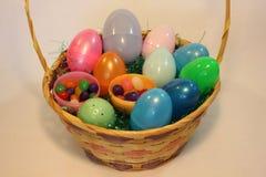 充分复活节篮子五颜六色的塑料鸡蛋 免版税库存照片