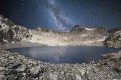 充分夜空反射水表面上的星 一个高原的湖在Kackar山在黑海地区 库存照片