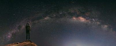 充分夜空星和银河,当旅行家有背包的享用美丽的天空在晚上 免版税库存图片