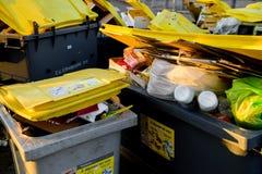充分大型垃圾桶有garbageon法国人街道的 库存图片