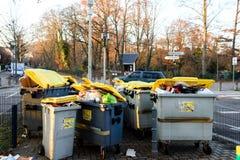 充分大型垃圾桶有garbageon法国人街道的 免版税库存照片