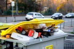 充分大型垃圾桶有garbageon法国人街道的 免版税图库摄影