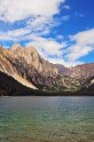 充分大草原花、高山和湖Cuopu 图库摄影