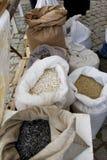 充分大袋用鸡豆,豆,荞麦,小米,麦子,拼写了,扁豆, Einkorn麦子五谷 豆、五谷和s品种  免版税库存照片