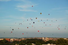 充分天空在布里斯托尔英国的热空气气球 库存图片