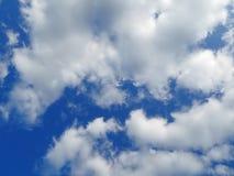 充分天空白色和蓬松云彩 免版税库存照片