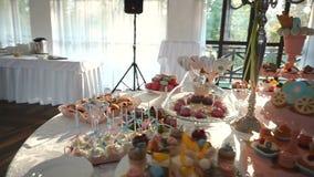 充分婚礼棒棒糖招待会概要不同的五颜六色和鲜美曲奇饼,糖果,蛋糕,蛋糕流行音乐和 股票录像
