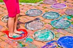 充分孩子的脚五颜六色的树胶水彩画颜料 库存图片
