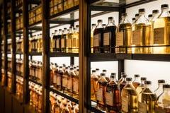 充分室存放威士忌酒的不同的类型威士忌酒内阁 图库摄影