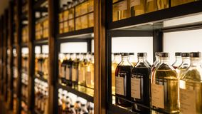 充分室存放威士忌酒的不同的类型威士忌酒内阁 免版税图库摄影