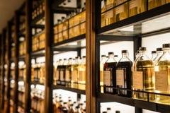 充分室存放威士忌酒的不同的类型威士忌酒内阁 免版税库存照片