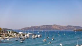 充分小游艇船坞小船在亚得里亚海在夏天,克罗地亚 库存图片