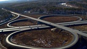 充分巨大的公路交叉点汽车和卡车在乡下在冬天,鸟瞰图 股票录像