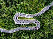 充分弯曲道路交通,在高速公路的下班时间交通 免版税图库摄影