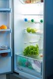 充分打开冰箱在厨房的食物 免版税库存图片