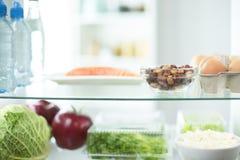 充分打开冰箱新鲜的水果和蔬菜,健康食物背景,有机营养,医疗保健,节食 库存图片