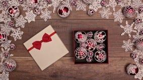 充分打开圣诞节礼物xmas中看不中用的物品的手 影视素材