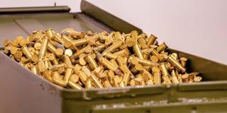 充分打开金属箱子发光的金黄子弹 免版税库存照片