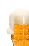 充分抢劫用啤酒和泡沫当圣诞老人的帽子。 库存图片
