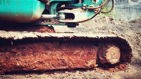 充分挖掘机轮子老和生锈的土壤 免版税图库摄影