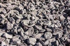 充分挖掘被凿的灰色熔岩岩石,在山坡 免版税图库摄影