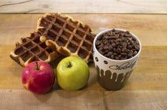 充分新鲜的奶蛋烘饼用苹果和杯子咖啡 库存图片