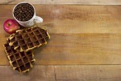 充分新鲜的奶蛋烘饼用苹果和杯子顶面wiew咖啡 库存照片