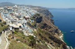 充分无限山坡典型的白色和蓝色议院在景色秀丽在圣托里尼逃出克隆岛的Fira  建筑学, la 免版税库存图片