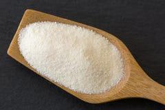 充分木匙子在黑暗的ston的干白色美好的粉末淀粉 图库摄影