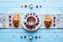 充分木桌的顶视图蛋糕,果子,咖啡,饼干 免版税库存图片