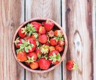 充分木碗新鲜的草莓 免版税库存图片