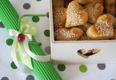 充分木箱咸与瓢虫的快餐用在心脏形状的芝麻和装饰 库存图片