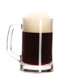 充分杯子特写镜头用棕色啤酒。 库存照片