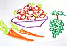 充分板材苹果和红萝卜和葡萄在孩子` s图画 免版税库存图片